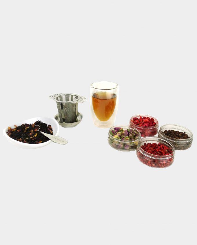 Kopje thee met zwarte thee vanille en roos thee