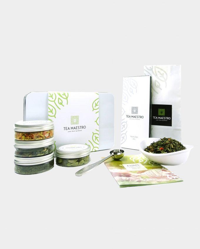 Thee geschenkset met groene thee citroen, vier smaakmakers, een thee maatlepel, een doosje met theefilters en een instructiekaart.