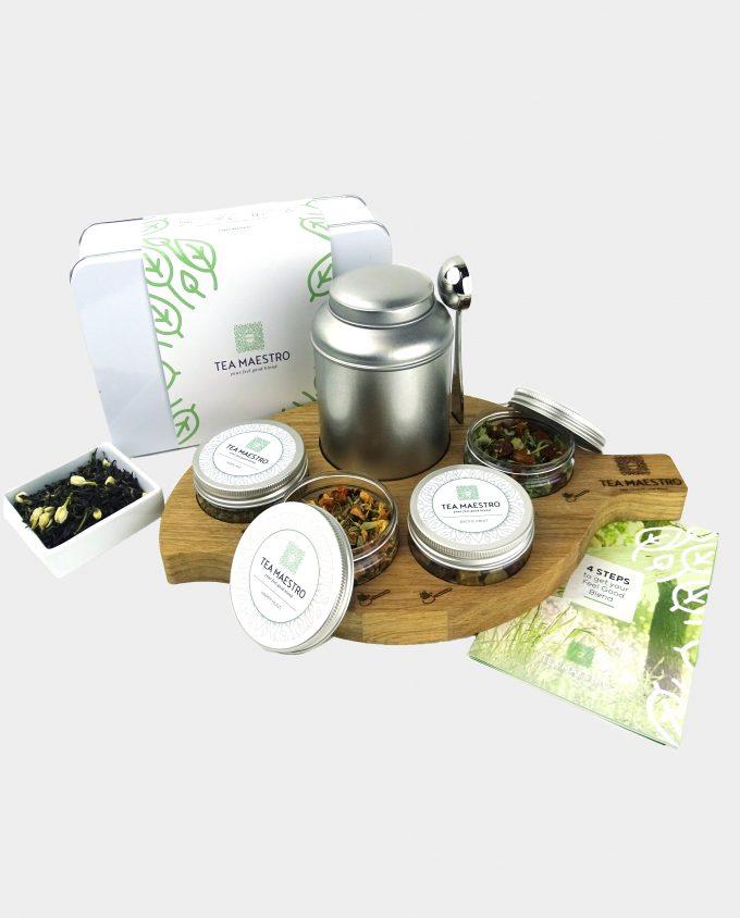 Groene thee theeblik, vier smaakmakers, een thee maatlepel, een instructiekaart geserveerd op een theeplateau