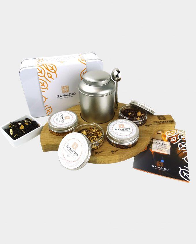 Zwarte thee theeblik, vier smaakmakers, een thee maatlepel, een instructiekaart geserveerd op een theeplateau