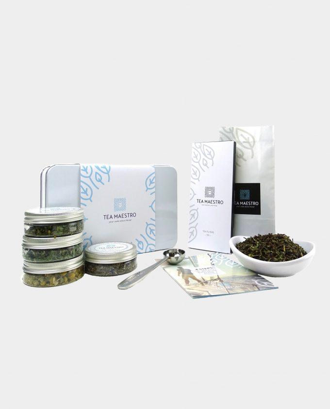 Thee geschenkset met rustgevende groene thee, vier smaakmakers, een thee maatlepel, een doosje met theefilters en een instructiekaart.
