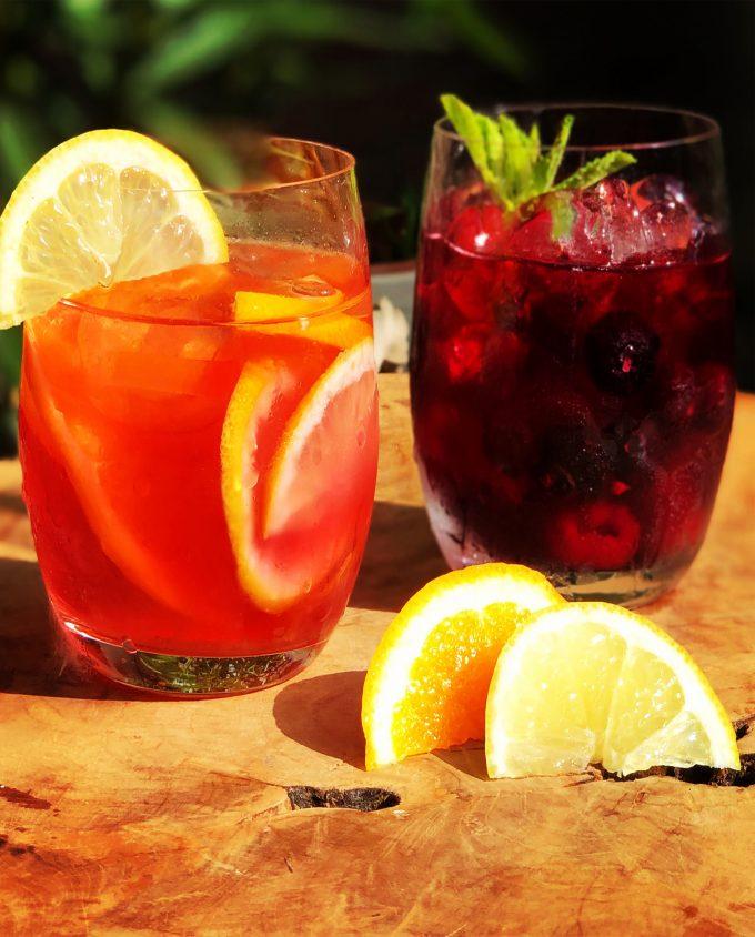 twee glazen met verse losse ijsthee